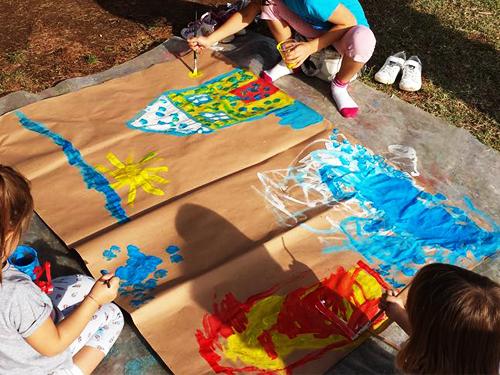 bambine-dipingono-spazio-gioco