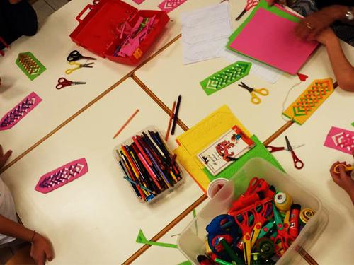 bambini che colorano nello spazio gioco il punto gioco